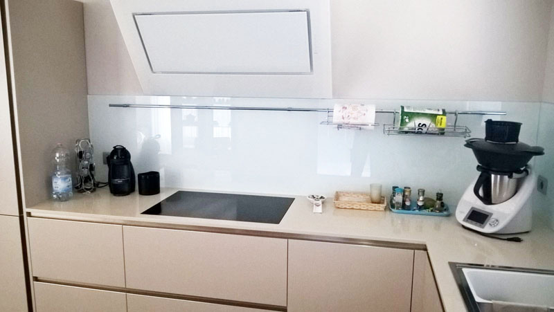 Favorire comfort e creatività in cucina con i paraschizzi in vetro